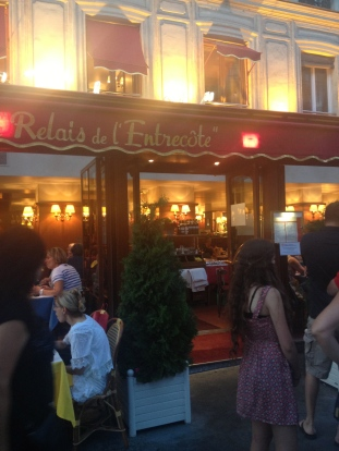 Line forming outside of le Relais de l'Entecote